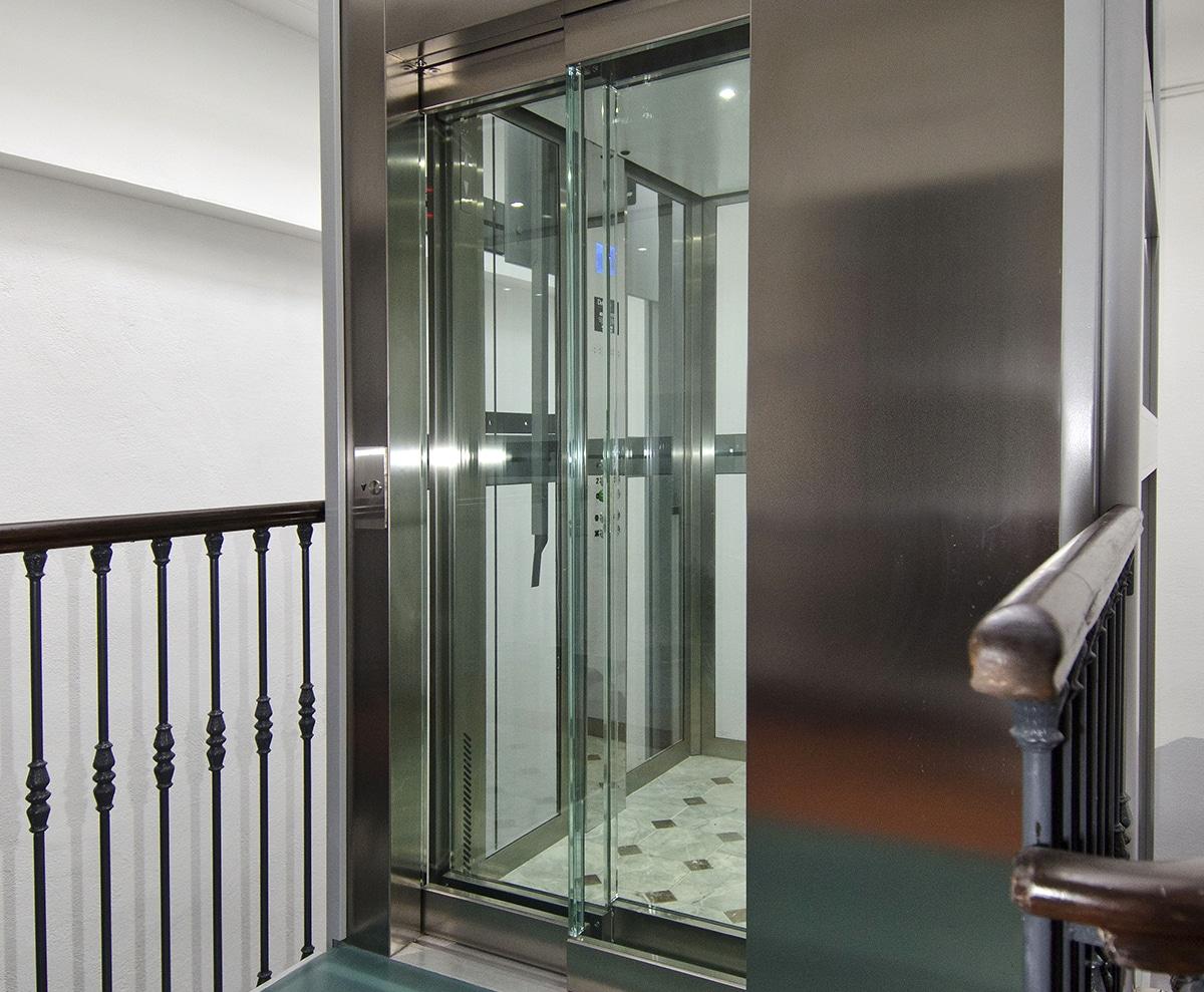 Pylône en structure métallique et vitrée, cabine vitrée et portes palières automatiques vitrées