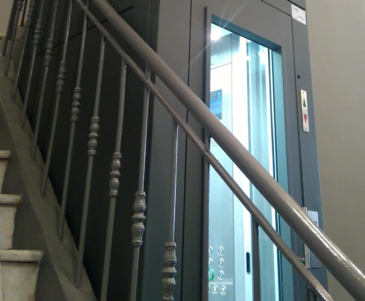 Ascenseur avec reprise de la balustrade et main courante