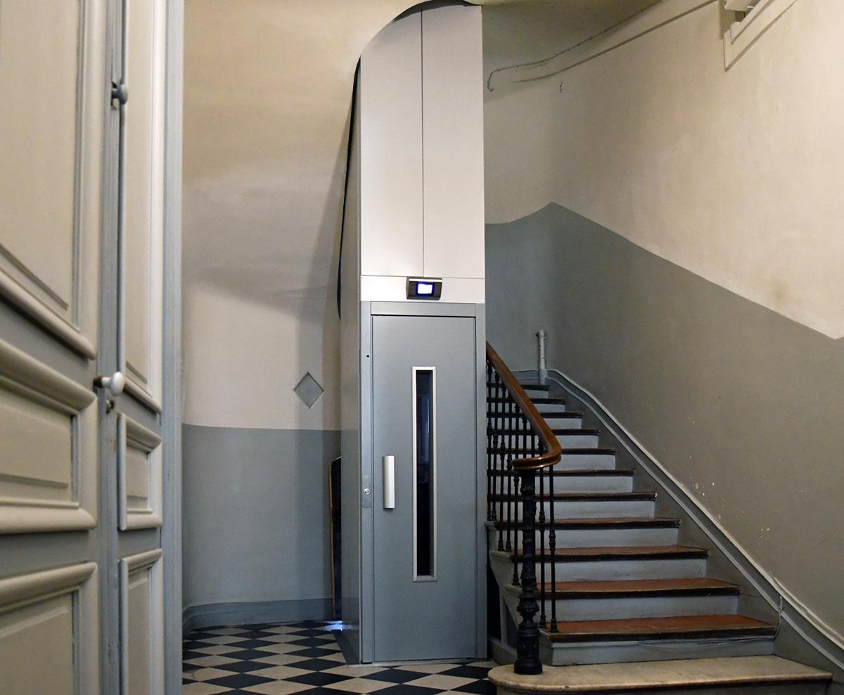 Ascenseur dans copropriété ancienne intégré aux lieux
