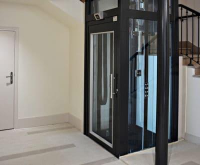 Toulon, un ascenseur avec pylône vitré et structure finition peinture noire