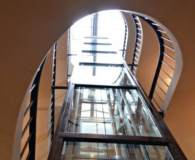 À Toulon, un ascenseur ouvert sur les coursives