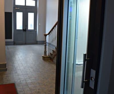 Hall d'escalier et ascenseur